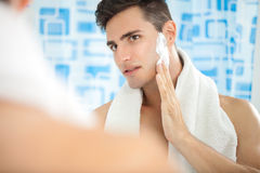 Человек кладя на крем для бритья Стоковое Изображение RF