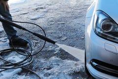 Человек моет его автомобиль Стоковые Изображения