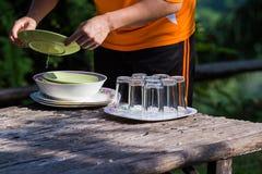 Человек моет изделия кухни Стоковая Фотография RF