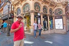 Человек мороженого перед зданием nouveau искусства Corbella чонсервной банкы Стоковое Изображение RF