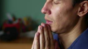 Человек молит к богу Христианство вероисповедание крытая молитва сток-видео
