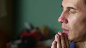 Человек молит к богу Христианство вероисповедание молитва крытая видеоматериал