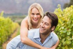 Человек молодой счастливой женщины обнимая молодой красивый Стоковые Фотографии RF