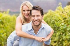 Человек молодой счастливой женщины обнимая молодой красивый Стоковые Фото