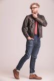 Человек моды идя на предпосылку студии Стоковые Фото