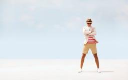 Человек моды Attracive серьезный представляя на пляже небо предпосылки голубое стоковые изображения rf