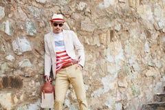 Человек моды Attracive серьезный представляя около стены Фото лета Стоковые Изображения RF