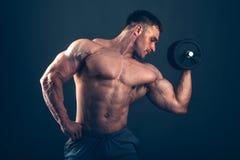 Человек мышцы делая скручиваемости бицепса Стоковая Фотография