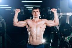 Человек мышцы делая скручиваемости бицепса Стоковые Изображения RF