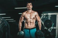 Человек мышцы делая скручиваемости бицепса Стоковая Фотография RF