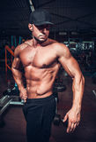 Человек мышцы который представляет Стоковое Изображение RF