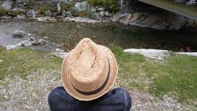 Человек наблюдая реку Стоковая Фотография
