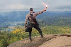 Человек наверху горы наслаждается красотой природы Достигнуть задач Стоковые Фото