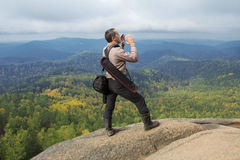 Человек наверху горы наслаждается красотой природы Достигнуть задач Стоковая Фотография RF