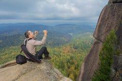 Человек наверху горы наслаждается красотой природы Достигнуть задач Стоковое Изображение