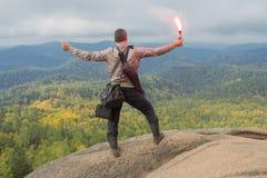 Человек наверху горы наслаждается красотой природы Достигнуть задач Стоковое Фото