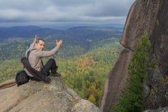 Человек наверху горы наслаждается красотой природы Достигнуть задач Стоковое фото RF
