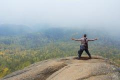 Человек наверху горы наслаждается красотой природы Достигнуть задач Стоковые Изображения