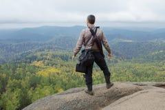 Человек наверху горы наслаждается красотой природы Достигнуть задач Стоковые Изображения RF