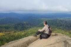 Человек наверху горы наслаждается красотой природы Достигнуть задач Стоковое Изображение RF
