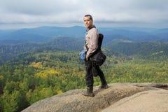 Человек наверху горы наслаждается красотой природы Достигнуть задач Стоковые Фотографии RF