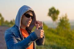Человек наверху горы радуется к успеху Победитель Стоковые Фото