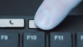 Человек нажимает кнопку силы для того чтобы повернуть монитор компьютера время от времени акции видеоматериалы