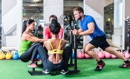 Человек нажимая женщин на тележке как тренировка фитнеса стоковая фотография