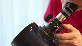 Человек настроил телескоп сток-видео