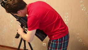 Человек настроил телескоп видеоматериал