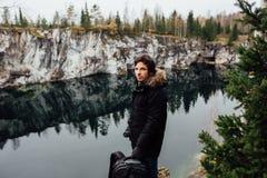 Человек наслаждается красивым видом на озеро от hilltopl и хорошей погодой в Karelia Вокруг утесов Стоковое фото RF