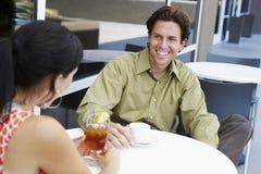 Человек наслаждаясь датой кофе с женщиной стоковая фотография