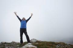 Человек наслаждаясь горой Стоковое фото RF
