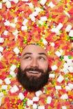 Человек наслаждаясь лежать в сладостном веществе стоковая фотография rf