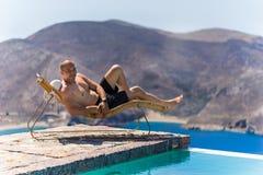 Человек наслаждаясь летом Стоковые Фото