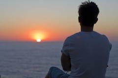 Человек наслаждаясь заходом солнца Стоковое Фото