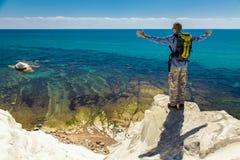 Человек наслаждаясь изумительным видом на море Стоковое Изображение RF