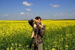 Человек наслаждаясь принимающ поля рапса изображений Стоковые Фото