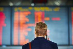 Человек на авиапорте стоковая фотография rf