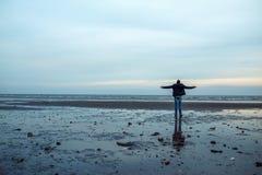 Человек на береге моря Азова Стоковые Фотографии RF