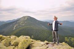 Человек на верхней части горы Стоковое Фото