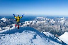 Человек на верхней части Mount Elbrus Стоковое Изображение