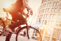 Человек на велосипеде в движении с sunflare Стоковые Фотографии RF