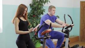 Человек на велосипеде видеоматериал