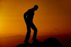 Человек на горе в вечере стоковое фото rf