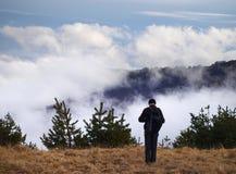 Человек на горе стоковое изображение rf