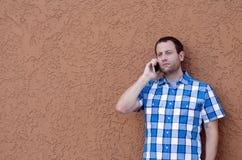 Человек на его сотовом телефоне имея серьезный переговор стоковое изображение