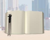 Человек на деревянной книге отверстия сочинительства лестницы с предпосылкой города, иллюстрация штока