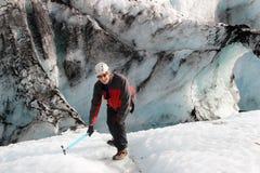 Человек на леднике Solheimajokull, Исландии стоковые фото