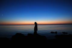 Человек на заходе солнца Стоковое Изображение RF